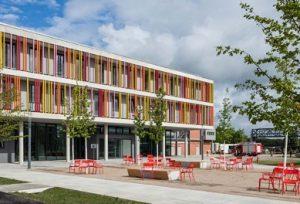 Gebäude mit Seminar- und Übungsräumen sowie Verwaltung